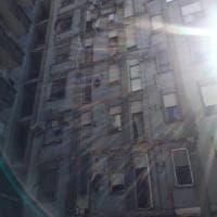 Crollano i balconi di un condominio, psicosi terremoto a Novara. Sgomberati