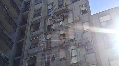 Crollano i balconi di un condominio, psicosi sisma a Novara. Sgomberati gli inquilini