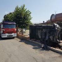 Caselle, scontro fra una navetta e un camion della raccolta rifiuti