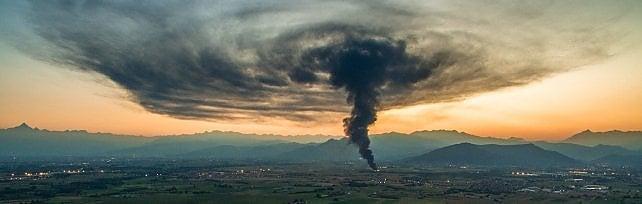 """Incendio alla Tecnoservice di Piossasco,  un fungo di fumo sopra la pianura   foto     video        Il sindaco di Piossasco:""""Fumo non tossico""""  vd"""