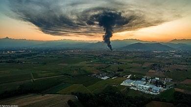 Incendio alla Teknoservice di Piossasco,  un fungo di fumo sopra la pianura   foto     video        Il sindaco di Piossasco: fumo non tossico