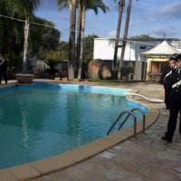Biella, custode ivoriano di una cascina cade in piscina e annega: non sapeva