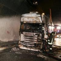 Tir in fiamme in una galleria della Torino-Bardonecchia
