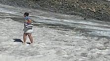 Borsa da spiaggia, shorts e infradito sul ghiacciaio di Punta Indren
