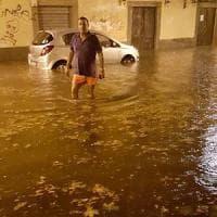 Nubifragio a Torino, auto bloccate nei sottopassaggi, strade trasformate