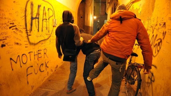 Torino, minorenni tentano di dare fuoco a un coetaneo in comunità, salvato in extremis