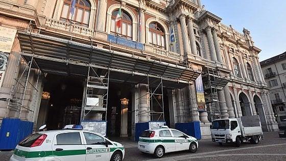 Ripuliti i portici latrina di piazza Carignano, ma il caso si complica