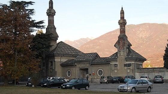 Domodossola, un loculo come giaciglio per la notte: scoppia la polemica al cimitero