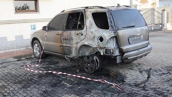 Sei auto bruciate in tre giorni, mistero a Vercelli: scatta la caccia al piromane