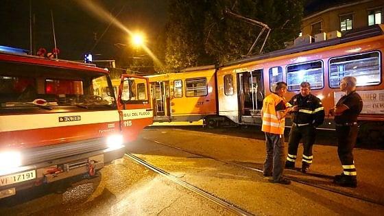 Torino tram esce dai binari e urta un bus quattro feriti for Quattro ristoranti torino