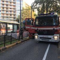 Torino, attraversa i binari senza accorgersi del tram: travolto e ucciso