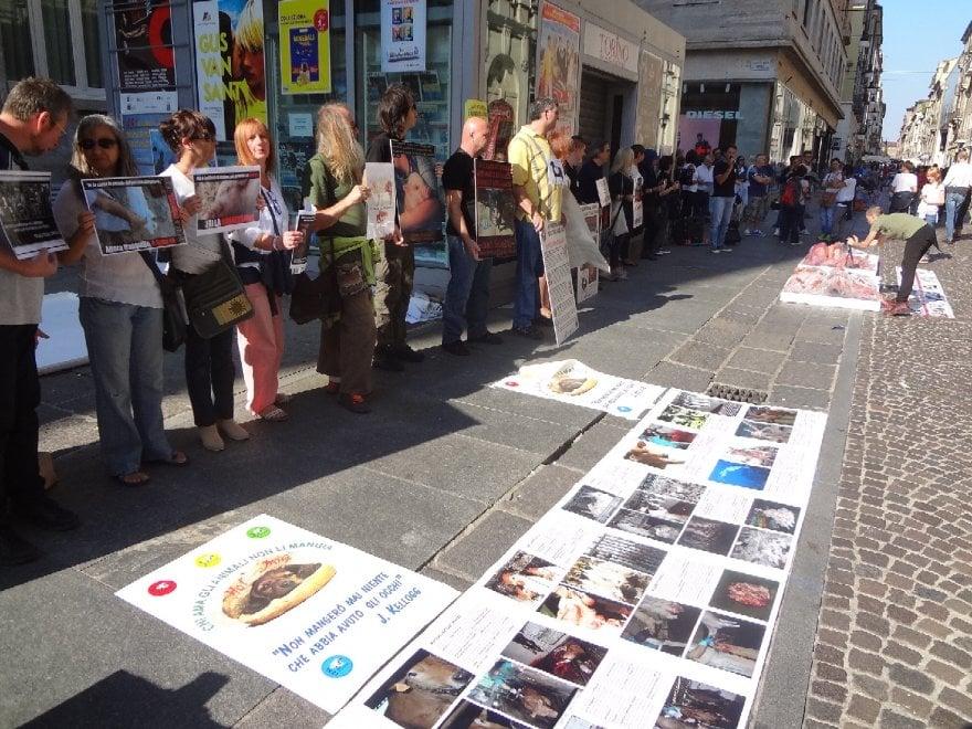 Vegani contro il Salone del Gusto a Torino: mangiate carne umana