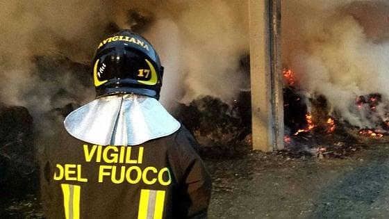 Un incendio distrugge un fienile ad Avigliana: tre squadre dei vigili del fuoco in azione