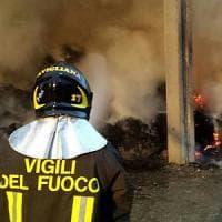 Un incendio distrugge un fienile ad Avigliana: tre squadre dei vigili del
