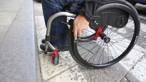 """Tram, strade, negozi: viaggio tra le barriere che bloccano i disabili nella """"Torino modello"""""""