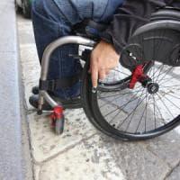 Tram, strade, negozi: viaggio tra le barriere che bloccano i disabili nella