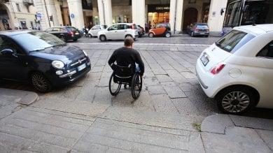 """Tram, strade, negozi: viaggio tra le barriere  anti-disabili nella """"Torino modello"""""""