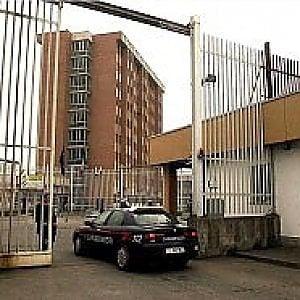 """Torino, la protesta: """"Nella mensa del carcere solo pane e acqua"""""""