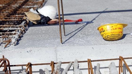 Alessandria, edili cadono dal tetto di una palazzina: un morto e un ferito