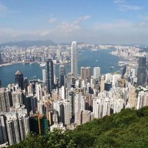 Va a Hong Kong per vedere i nipotini, inciampa al parco giochi e muore