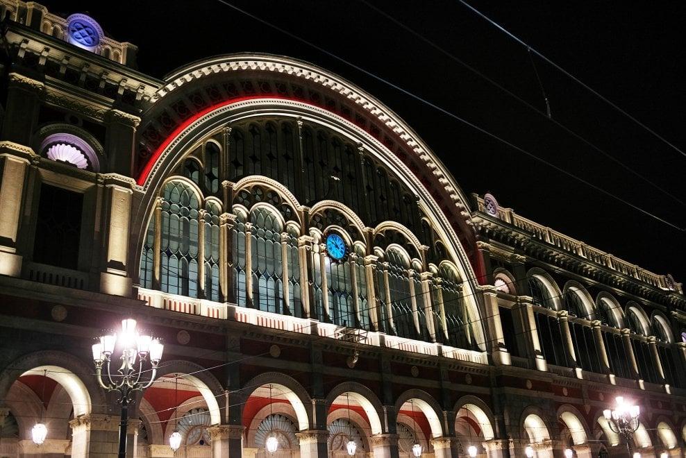 Torino, illuminate a colori le notti della stazione Porta Nuova restaurata