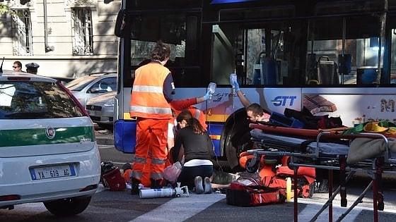 Torino, morto ciclista di 28 anni investito sulle strisce pedonali dal bus