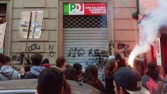 Torino, 500 studenti in corteo: assalto con uova e vernice alla sede del Pd