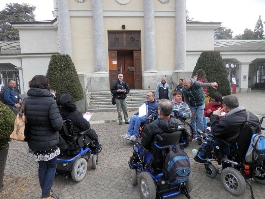 Torino, disabili in carrozzina tra le opere di una speciale galleria d'arte: il cimitero. Ma le barriere...
