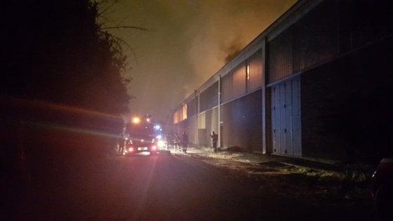 Torino: fiamme in un'azienda di laminati, notte di paura alle Vallette