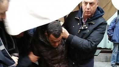 Inseguito e arrestato dai vigili urbani tra la folla della domenica in centro  foto