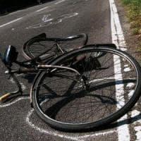 Chieri, investe una ciclista e scappa: