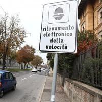 """Torino, """"beccato"""" dall'autovelox torna indietro e travolge quattro vigili e l'apparecchio"""