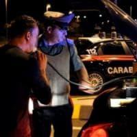 Vercelli, ubriaco al volante dice di essere suo cugino e gli fa sospendere