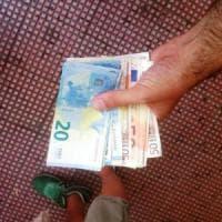 Orbassano, pensionato trova mille euro per terra e li consegna ai vigili: