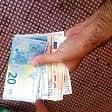 """Orbassano, pensionato  trova mille euro per terra  e li consegna ai vigili:  """"Ridateli a chi li ha persi"""""""