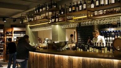 Torino, la cantina di Eataly  si rifà   il look dopo 10 anni:    in vetrina i vini di 30 Paesi       foto
