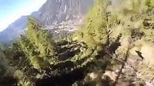 """""""Miracolo"""" sul Monte Bianco, schianto    in diretta a 140 l'ora    con la tuta alare: salvo"""