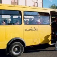 Bra, un bambino si trancia la mano mentre saluta dal finestrino dello scuolabus