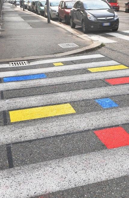 Torino, in via Luini le strisce pedonali diventano a colori