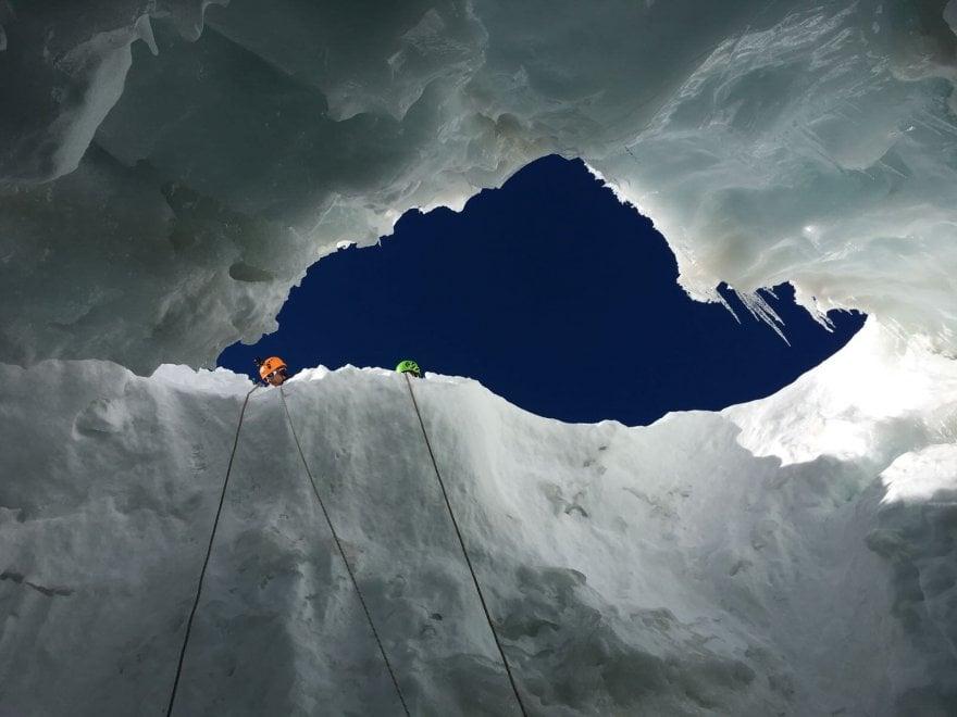 Monte Bianco, i soccorritori al lavoro nel crepaccio che ha inghiottito i due alpinisti