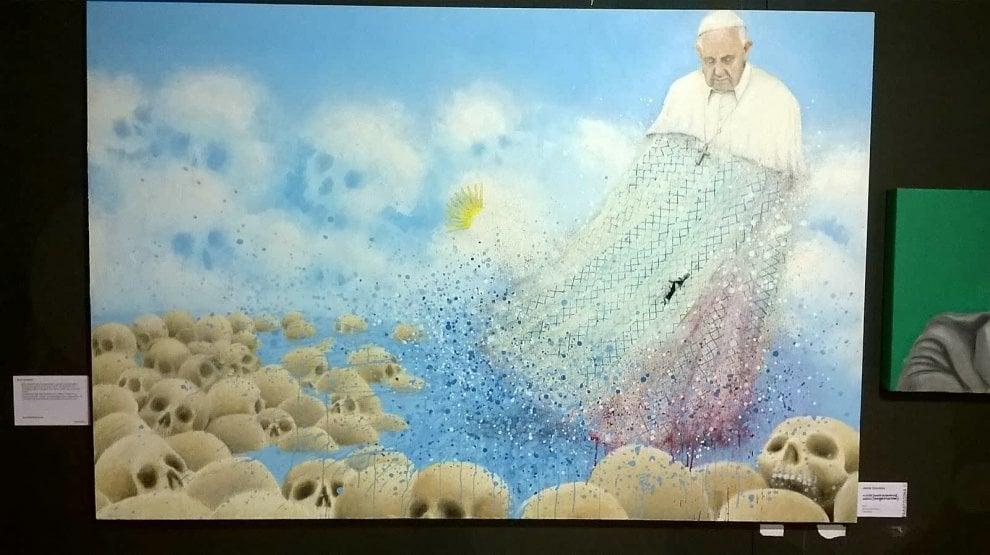 """Torino, vandalizzato il quadro di Bergoglio vestito con il """"mocio Videla"""""""