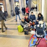 Torino, la famiglia che adotta i clochard del centro: