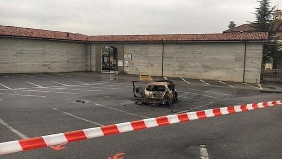 Auto in fiamme e cadavere carbonizzato: è giallo vicino a Cuneo