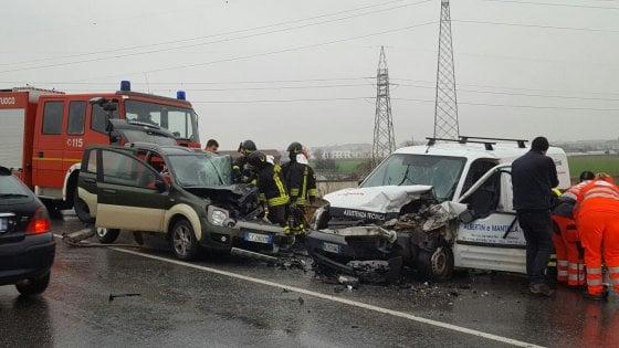 Scontro tra auto e furgone in strada Stupinigi, gravissimo un giovane