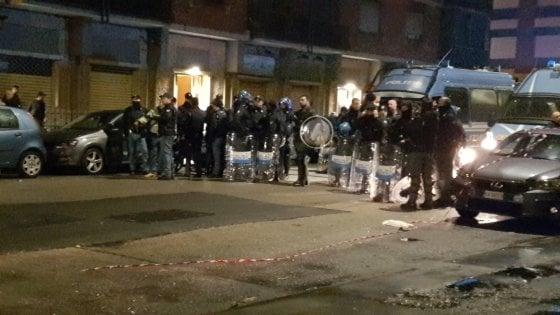 Petardi contro il villaggio dei profughi, ore di tensione nella notte a Torino
