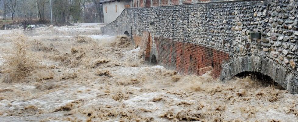 Emergenza esondazioni in Piemonte. Cede una strada, un disperso in Val Chisone. Chiusi i ponti sulla Dora a Torino