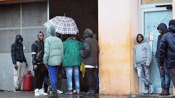 """Torino, il prefetto """"blinda"""" con polizia e carabinieri l'ex Villaggio olimpico occupato dai profughi"""