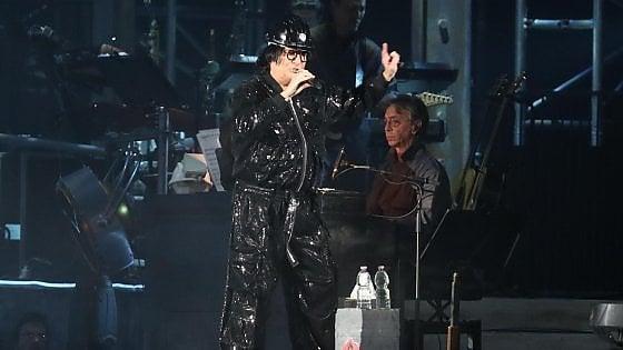 Torino, cade dagli spalti al concerto di Renato Zero: donna grave al Cto