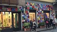 Un abito di lana  per i lampioni  di via Montebello