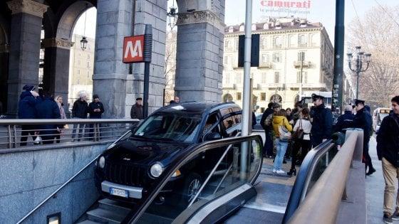 Torino in auto sulle scale della metropolitana - Turin porta nuova ...